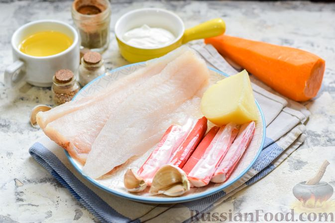 """Фото приготовления рецепта: Минтай, запечённый под """"шубкой"""" из крабовых палочек, моркови и сыра - шаг №1"""