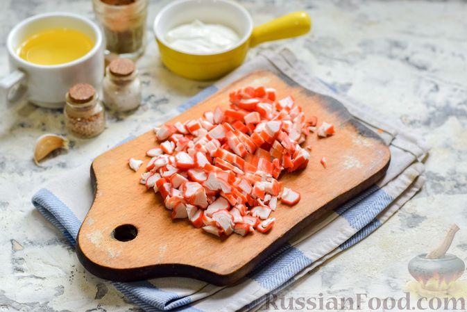 """Фото приготовления рецепта: Минтай, запечённый под """"шубкой"""" из крабовых палочек, моркови и сыра - шаг №4"""