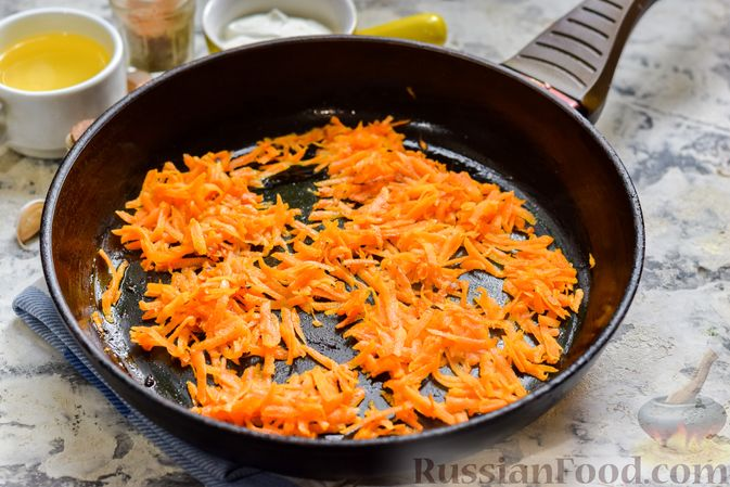 """Фото приготовления рецепта: Минтай, запечённый под """"шубкой"""" из крабовых палочек, моркови и сыра - шаг №3"""
