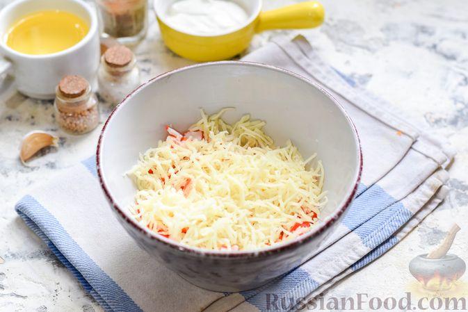 """Фото приготовления рецепта: Минтай, запечённый под """"шубкой"""" из крабовых палочек, моркови и сыра - шаг №5"""