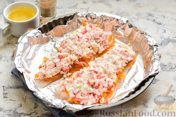 """Фото приготовления рецепта: Минтай, запечённый под """"шубкой"""" из крабовых палочек, моркови и сыра - шаг №10"""