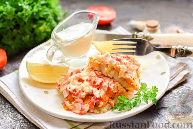 """Фото приготовления рецепта: Минтай, запечённый под """"шубкой"""" из крабовых палочек, моркови и сыра - шаг №13"""