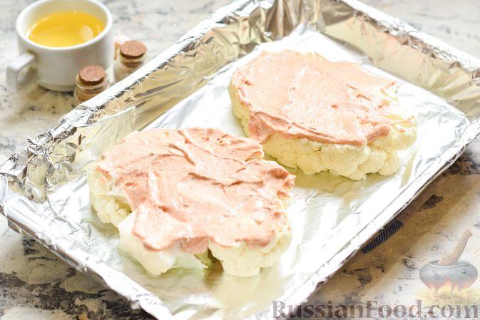 Фото приготовления рецепта: Цветная капуста, запечённая с минтаем под сметанно-томатным соусом - шаг №7