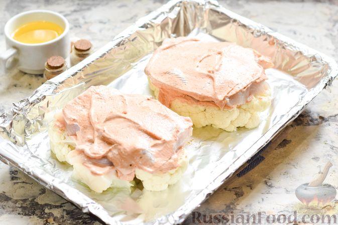 Фото приготовления рецепта: Цветная капуста, запечённая с минтаем под сметанно-томатным соусом - шаг №9