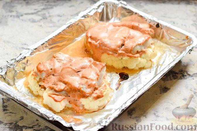 Фото приготовления рецепта: Цветная капуста, запечённая с минтаем под сметанно-томатным соусом - шаг №10