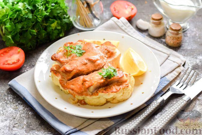 Фото к рецепту: Цветная капуста, запечённая с минтаем под сметанно-томатным соусом