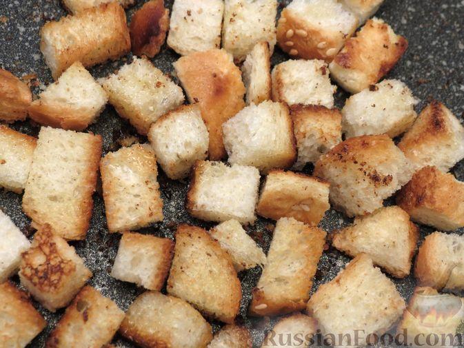 Фото приготовления рецепта: Салат из моркови с колбасой, грецкими орехами и сухариками - шаг №9