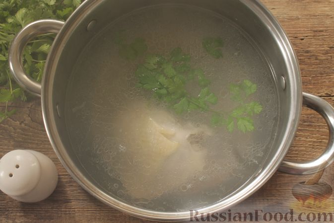 Фото приготовления рецепта: Суп с консервированной фасолью, маринованными грибами, курицей и капустой - шаг №3