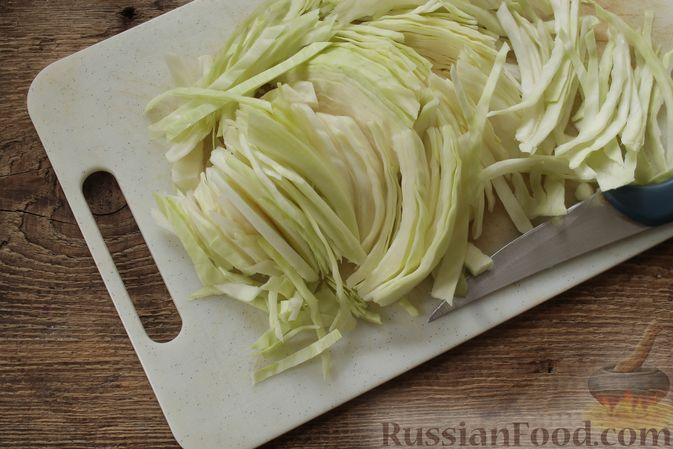 Фото приготовления рецепта: Суп с консервированной фасолью, маринованными грибами, курицей и капустой - шаг №4