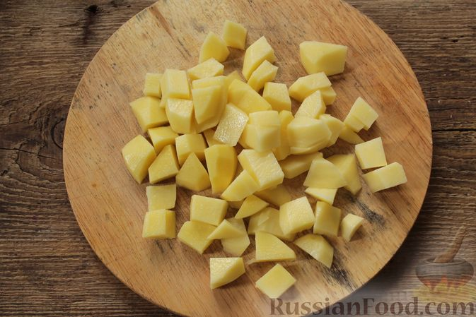 Фото приготовления рецепта: Суп с консервированной фасолью, маринованными грибами, курицей и капустой - шаг №5