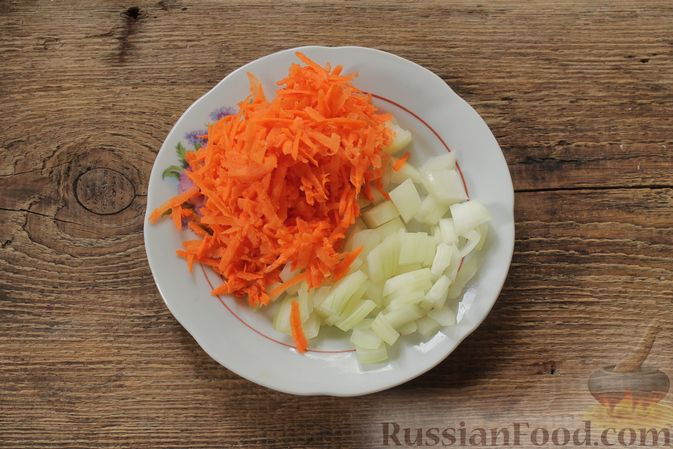 Фото приготовления рецепта: Суп с консервированной фасолью, маринованными грибами, курицей и капустой - шаг №6