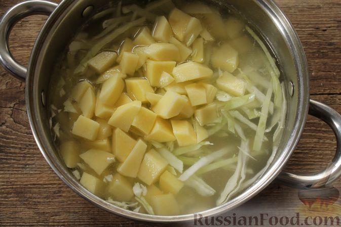 Фото приготовления рецепта: Суп с консервированной фасолью, маринованными грибами, курицей и капустой - шаг №8