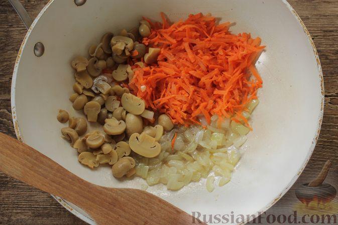 Фото приготовления рецепта: Суп с консервированной фасолью, маринованными грибами, курицей и капустой - шаг №9
