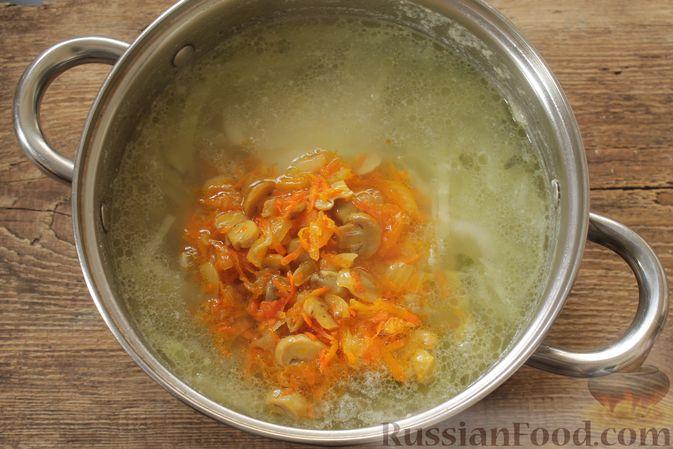 Фото приготовления рецепта: Суп с консервированной фасолью, маринованными грибами, курицей и капустой - шаг №10