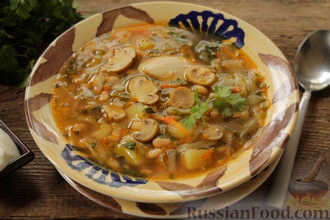 Фото приготовления рецепта: Суп с консервированной фасолью, маринованными грибами, курицей и капустой - шаг №13
