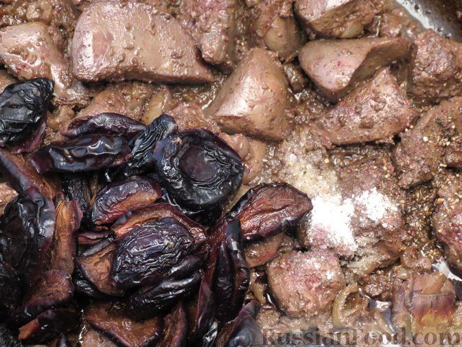 Фото приготовления рецепта: Говяжья печень, тушенная с черносливом и красным вином - шаг №6