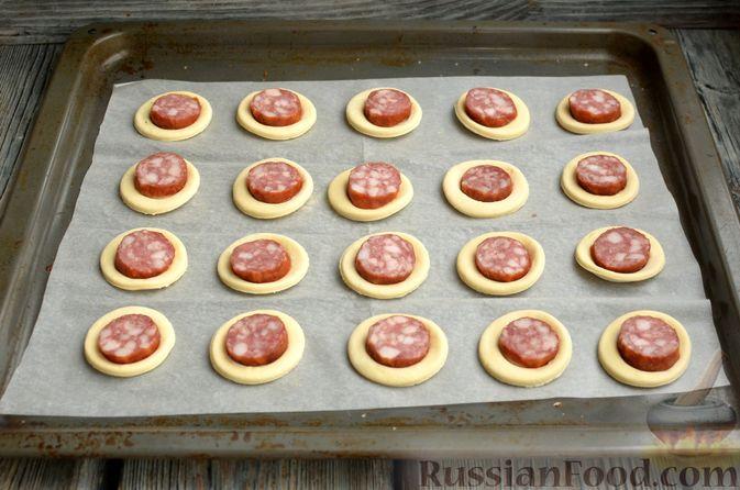 Фото приготовления рецепта: Мини-слойки с колбасой - шаг №6