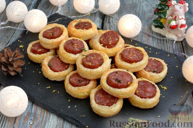 Фото приготовления рецепта: Мини-слойки с колбасой - шаг №10