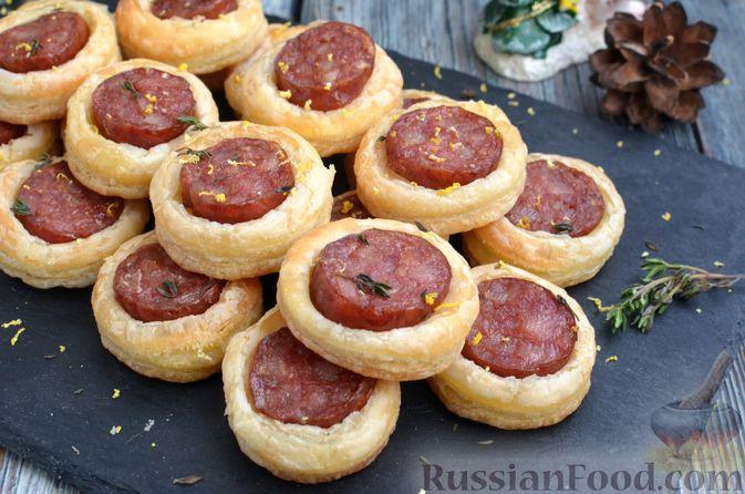 Фото приготовления рецепта: Мини-слойки с колбасой - шаг №11