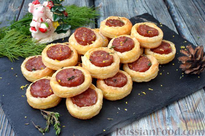 Фото к рецепту: Мини-слойки с колбасой