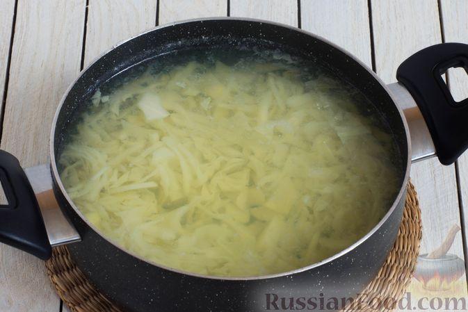 Фото приготовления рецепта: Постный борщ с консервированным зелёным горошком - шаг №6
