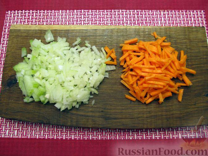 Фото приготовления рецепта: Сырный суп с куриными сердечками, булгуром и  консервированным горошком - шаг №3
