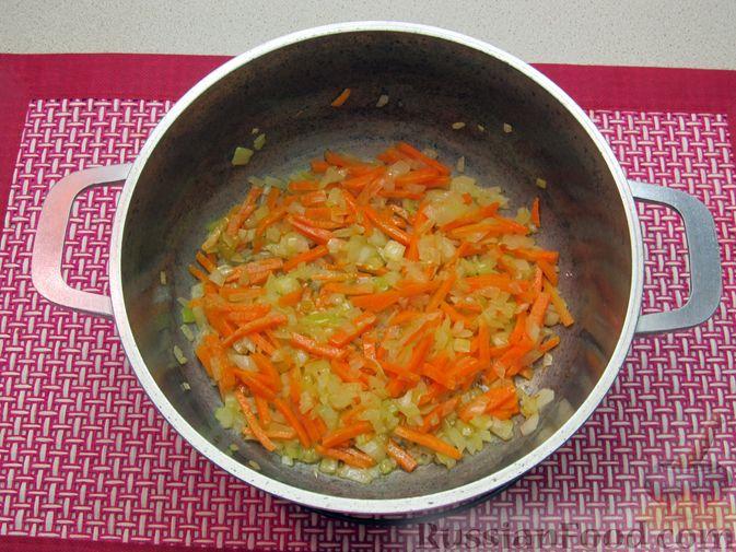 Фото приготовления рецепта: Сырный суп с куриными сердечками, булгуром и  консервированным горошком - шаг №4