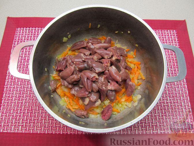 Фото приготовления рецепта: Сырный суп с куриными сердечками, булгуром и  консервированным горошком - шаг №5