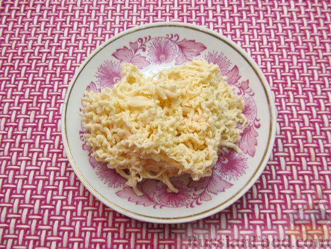 Фото приготовления рецепта: Сырный суп с куриными сердечками, булгуром и  консервированным горошком - шаг №11