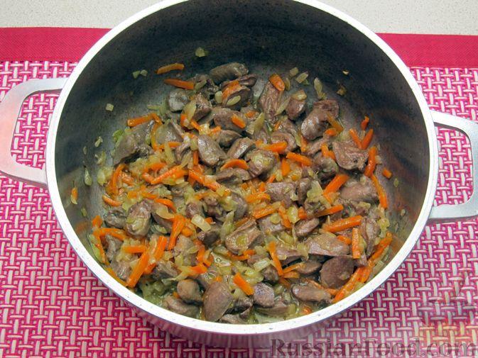 Фото приготовления рецепта: Сырный суп с куриными сердечками, булгуром и  консервированным горошком - шаг №6