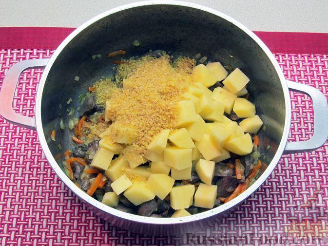 Фото приготовления рецепта: Сырный суп с куриными сердечками, булгуром и  консервированным горошком - шаг №8