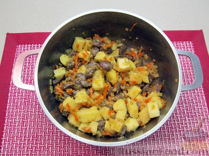 Фото приготовления рецепта: Сырный суп с куриными сердечками, булгуром и  консервированным горошком - шаг №9