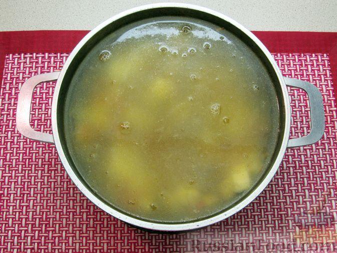 Фото приготовления рецепта: Сырный суп с куриными сердечками, булгуром и  консервированным горошком - шаг №10