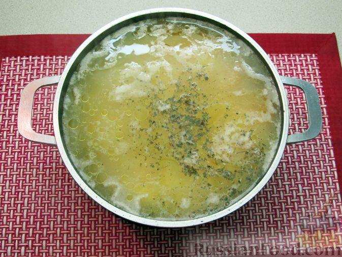 Фото приготовления рецепта: Сырный суп с куриными сердечками, булгуром и  консервированным горошком - шаг №14