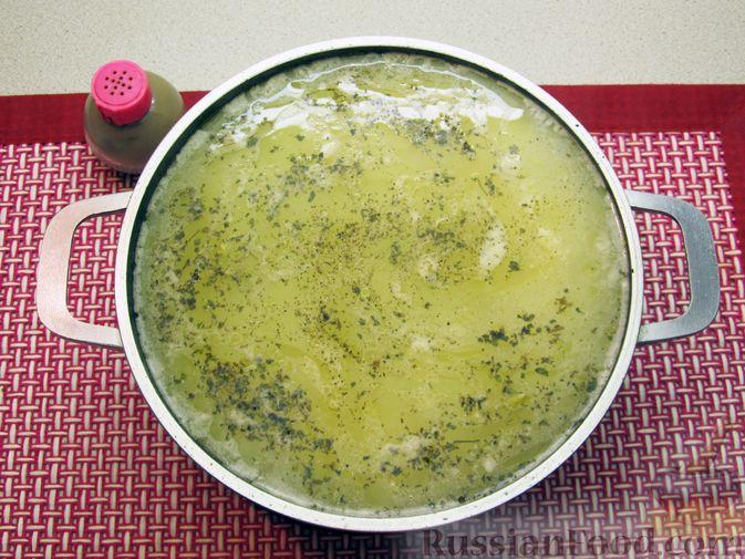 Фото приготовления рецепта: Сырный суп с куриными сердечками, булгуром и  консервированным горошком - шаг №16
