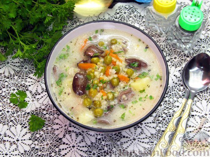 Фото приготовления рецепта: Сырный суп с куриными сердечками, булгуром и  консервированным горошком - шаг №18
