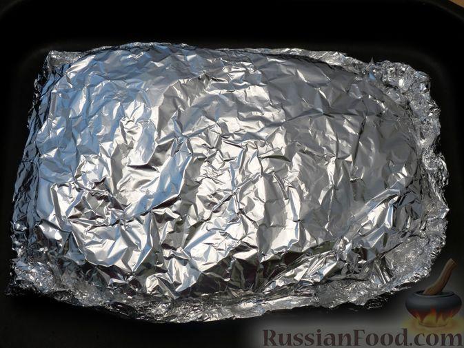Фото приготовления рецепта: Свиной окорок, запечённый с чесноком и пряными травами (в фольге) - шаг №7