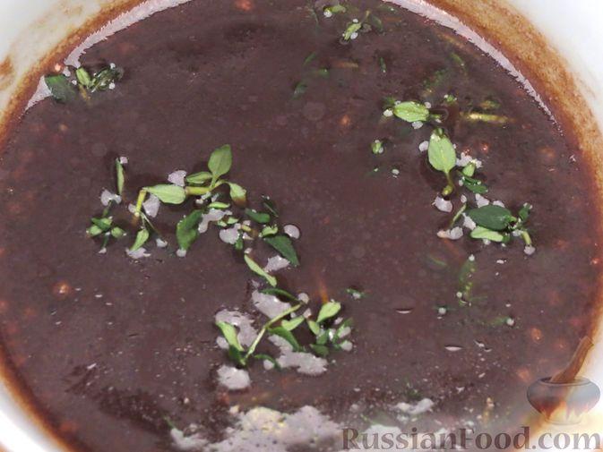 Фото приготовления рецепта: Свиной окорок, запечённый с чесноком и пряными травами (в фольге) - шаг №10