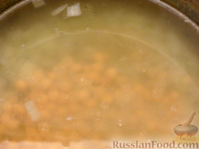 Фото приготовления рецепта: Говяжий суп с нутом, клёцками и помидорами - шаг №7