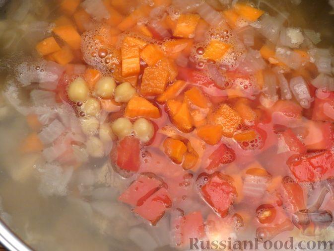 Фото приготовления рецепта: Говяжий суп с нутом, клёцками и помидорами - шаг №10