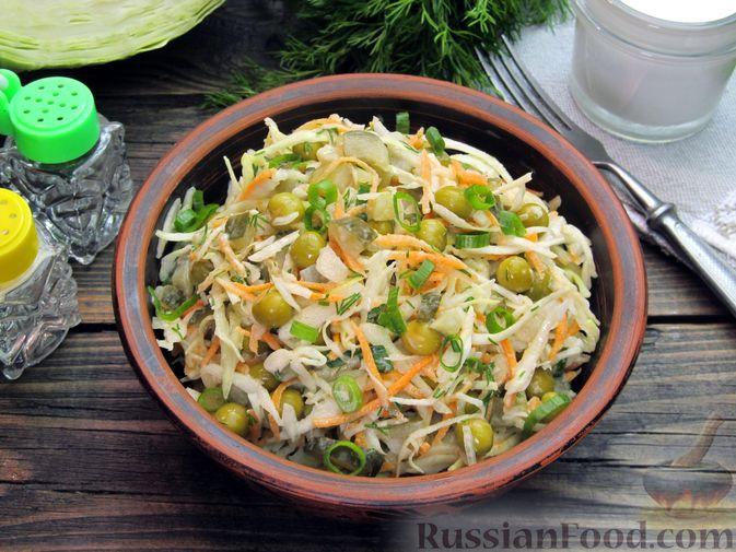Фото к рецепту: Салат с капустой, морковью, маринованными огурцами и зелёным горошком