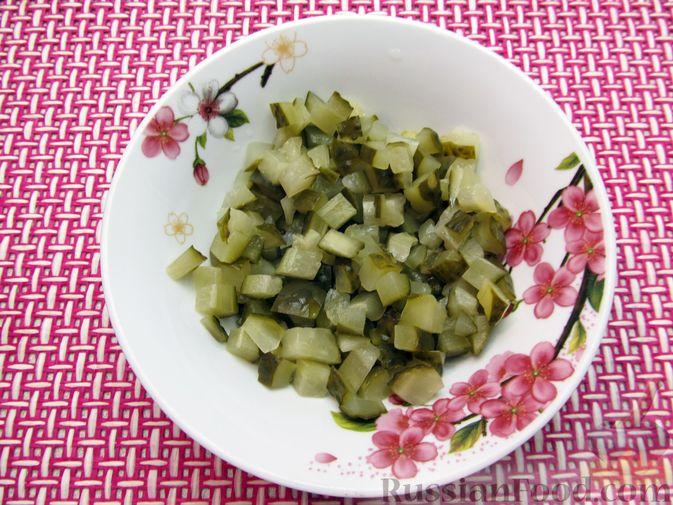 Фото приготовления рецепта: Салат с капустой, морковью, маринованными огурцами и зелёным горошком - шаг №4