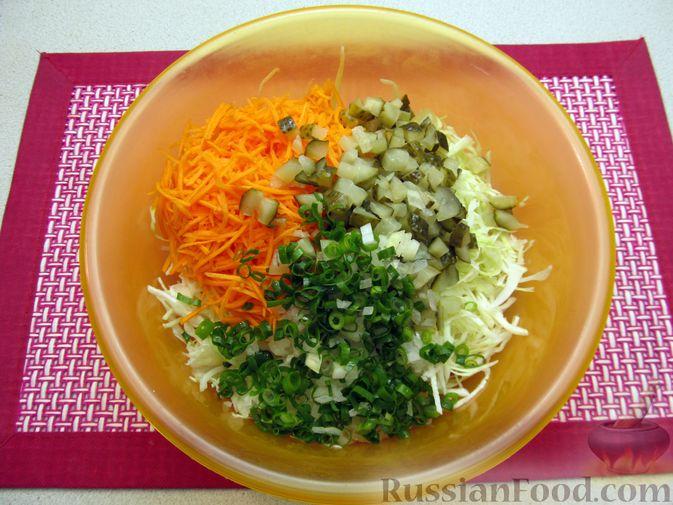 Фото приготовления рецепта: Салат с капустой, морковью, маринованными огурцами и зелёным горошком - шаг №6