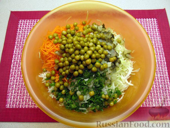 Фото приготовления рецепта: Салат с капустой, морковью, маринованными огурцами и зелёным горошком - шаг №7