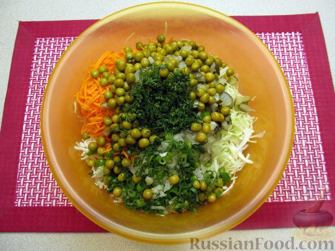 Фото приготовления рецепта: Салат с капустой, морковью, маринованными огурцами и зелёным горошком - шаг №8