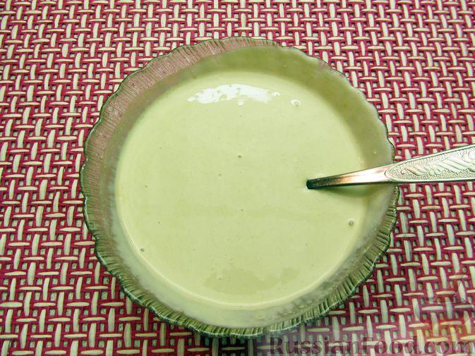 Фото приготовления рецепта: Салат с капустой, морковью, маринованными огурцами и зелёным горошком - шаг №10
