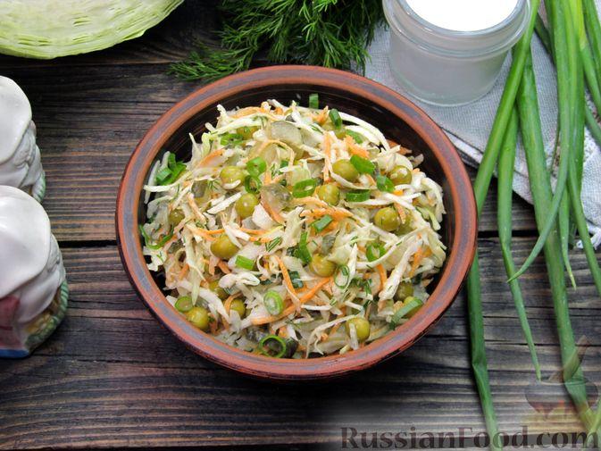 Фото приготовления рецепта: Салат с капустой, морковью, маринованными огурцами и зелёным горошком - шаг №13