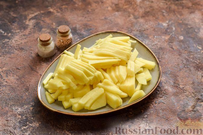 Фото приготовления рецепта: Рассольник с копчёностями, перловкой, томатной пастой и сладким перцем - шаг №3