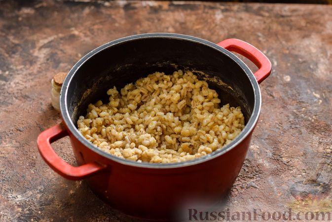 Фото приготовления рецепта: Рассольник с копчёностями, перловкой, томатной пастой и сладким перцем - шаг №2