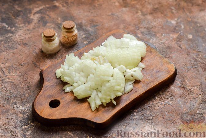 Фото приготовления рецепта: Рассольник с копчёностями, перловкой, томатной пастой и сладким перцем - шаг №5